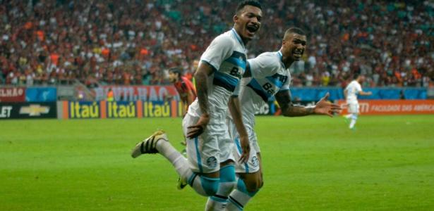 Jailson (frente) é o encarregado de substituir Walace (atrás) no Grêmio