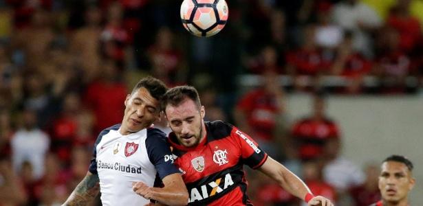 Flamenguista Mancuello se choca com jogador do San Lorenzo, e sofre concussão; atleta ficou inconsciente após a pancada e deixou a partida