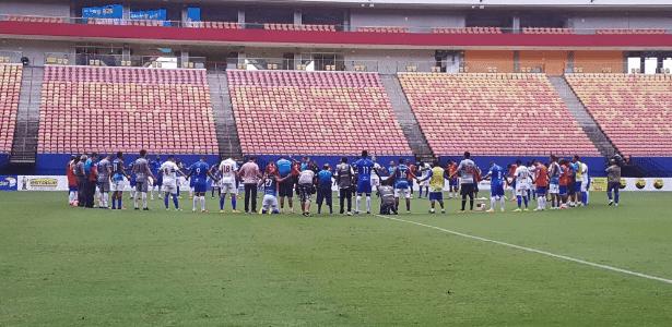 Colegas e rivais de Charles se reuniram em oração no centro do gramado da arena