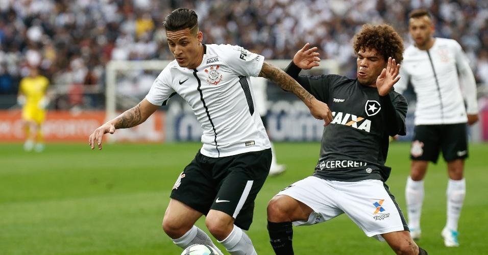 Camilo acompanha Guilherme Arana de perto em Corinthians x Botafogo
