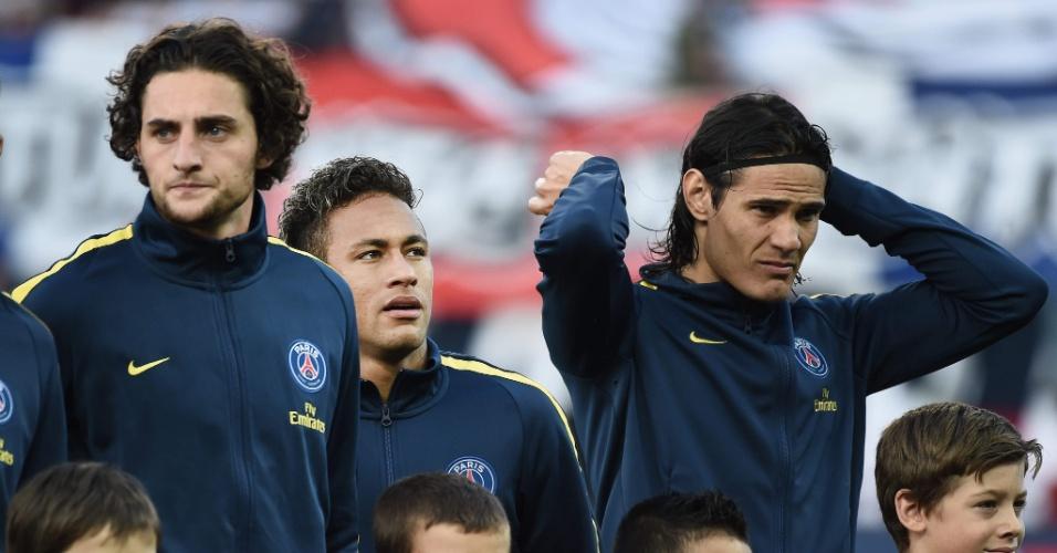 Neymar antes de começar o jogo entre Rabiot (esq.) e Cavani, seus novos companheiros