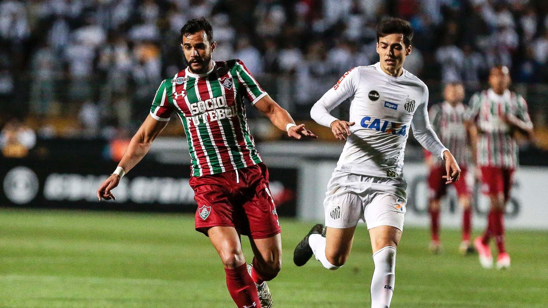 Citadini do Santos disputa lance com Henrique Dourado do Fluminense durante partida pelo Campeonato Brasileiro