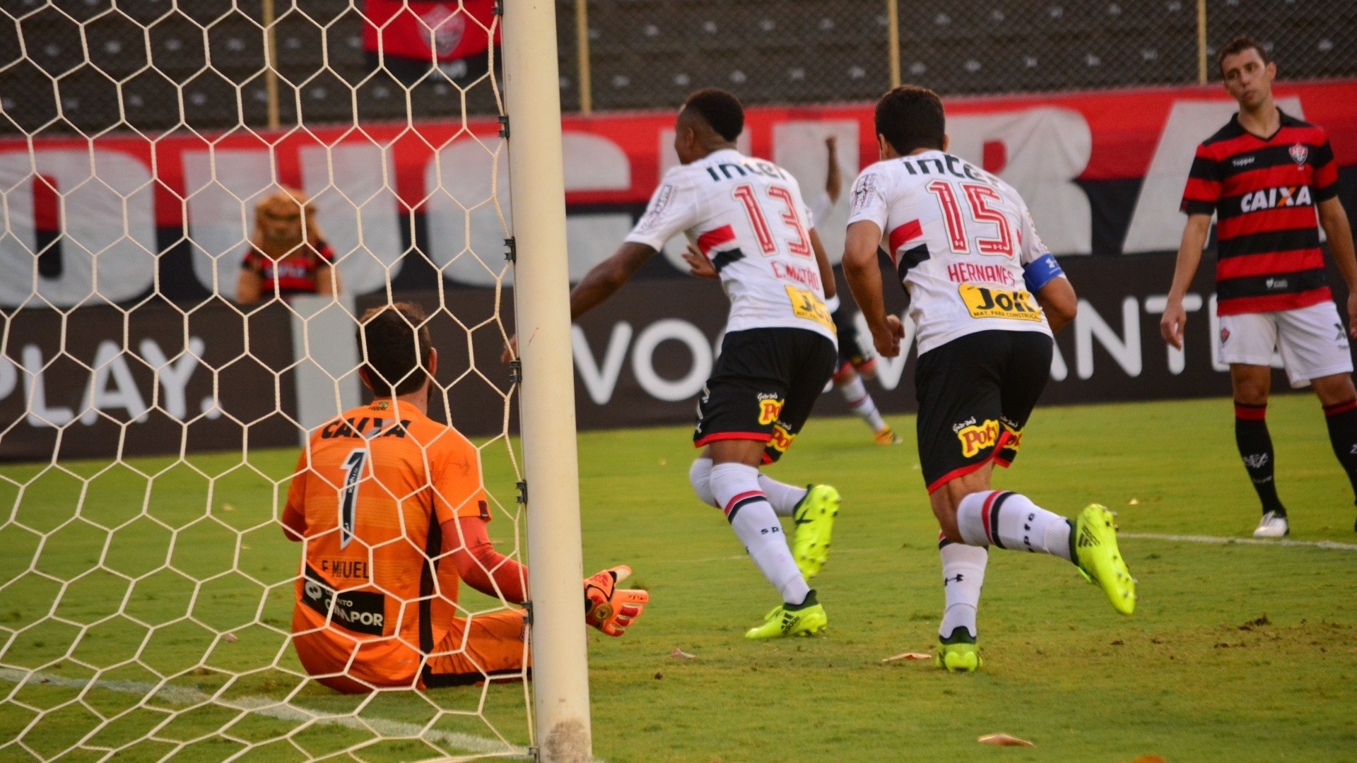 Éder Militão comemora gol do São Paulo contra o Vitória
