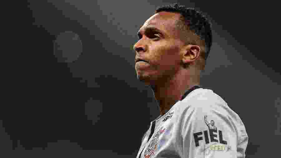 O atacante Jô comemora gol do Corinthians, em Itaquera, em 2017 - Ale Cabral/AGIF