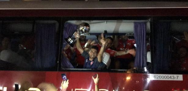 Jogadores do Independiente festejam o título em ônibus depredado