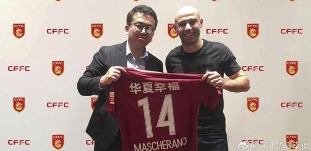 Mascherano posa pela primeira vez como jogador do Hebei Fortune