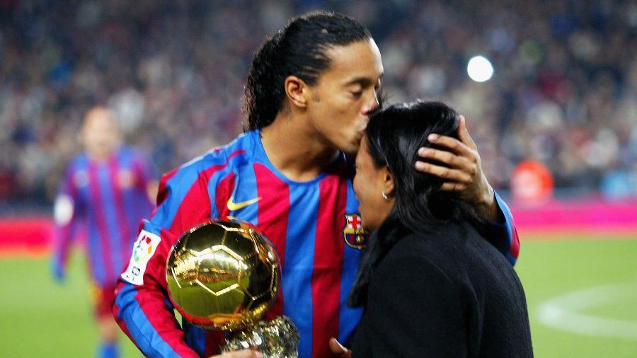 Ronaldinho Gaúcho beija a mãe Miguelina ao receber a Bola de Ouro - Denis Doyle/Getty Images