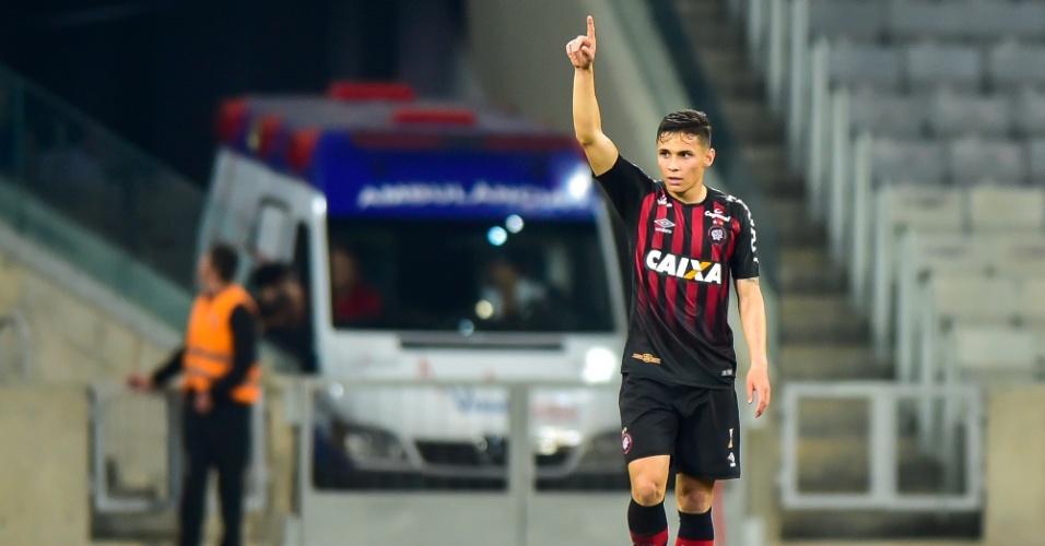 Raphael Veiga comemora o primeiro gol do Atlético-PR sobre o Internacional