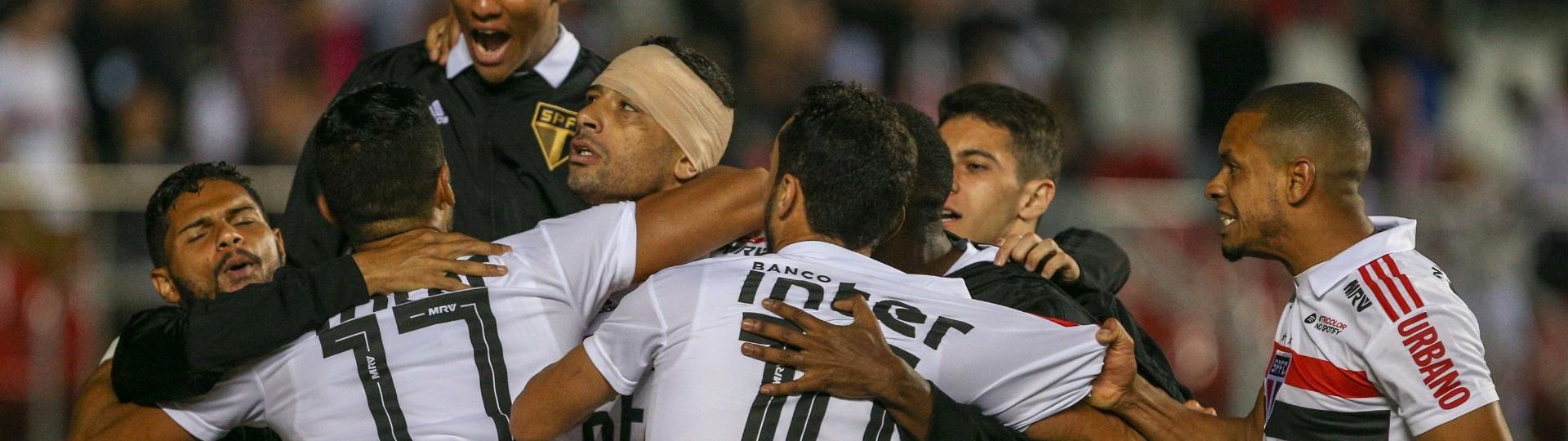 Jogadores do São Paulo comemoram gol de Diego Souza sobre o Bahia