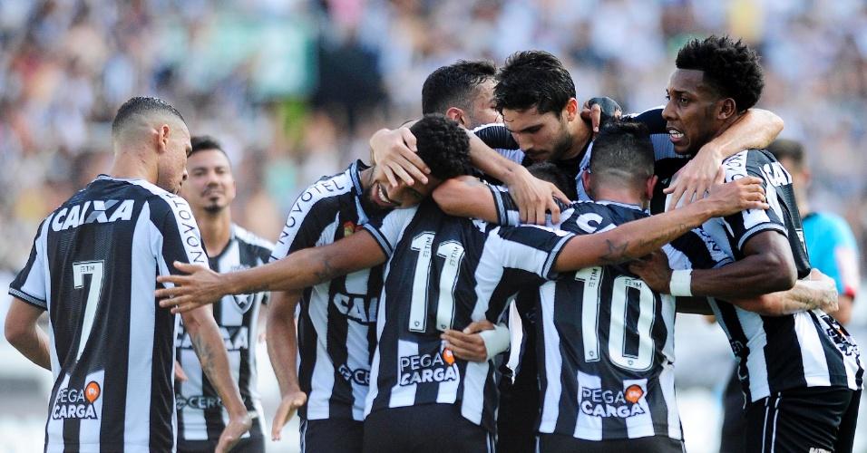 Jogadores do Botafogo comemoram gol de Erik em partida contra o Internacional