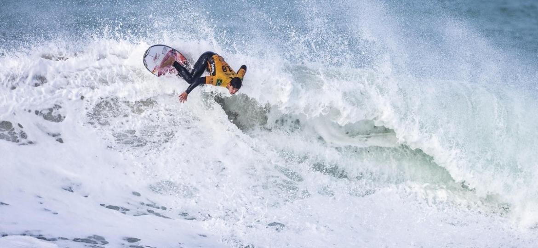 Medina realiza manobra durante etapa do Mundial de Surfe - WSL / LAURENT MASUREL