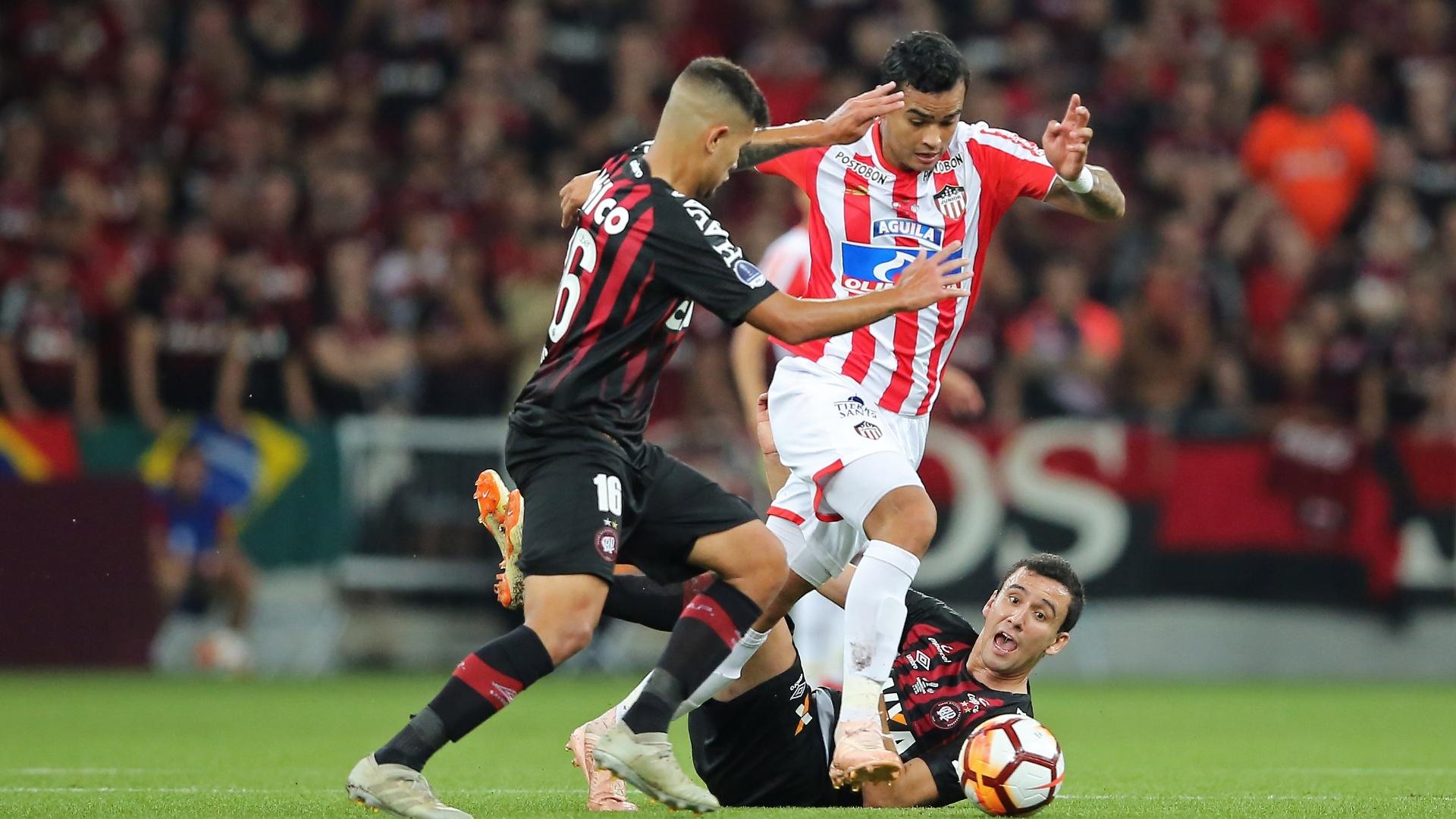 Bruno Guimarães disputa bola durante Atlético-PR x Junior de Barranquilla