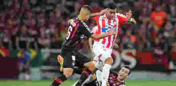 Bruno Guimarães disputa bola durante Atlético-PR x Junior de Barranquilla - Heuler Andrey / AFP - Heuler Andrey / AFP