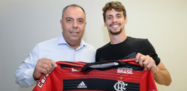 Rodrigo Caio posa para foto ao lado de Marcos Braz - Alexandre Vidal/Divulgação/Flamengo