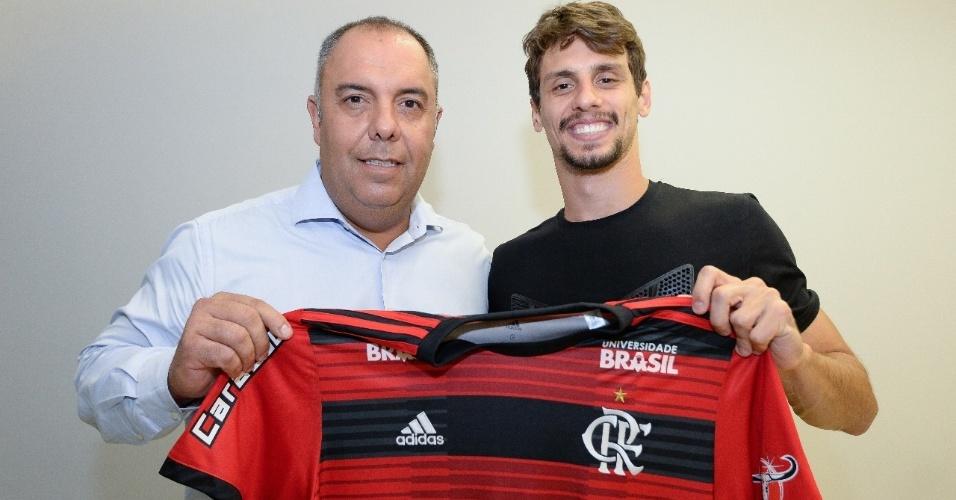 Rodrigo Caio posa para foto ao lado de Marcos Braz