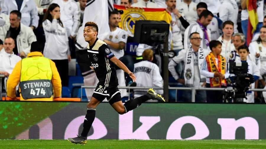 David Neres comemora gol do Ajax contra o Real Madrid - GABRIEL BOUYS / AFP