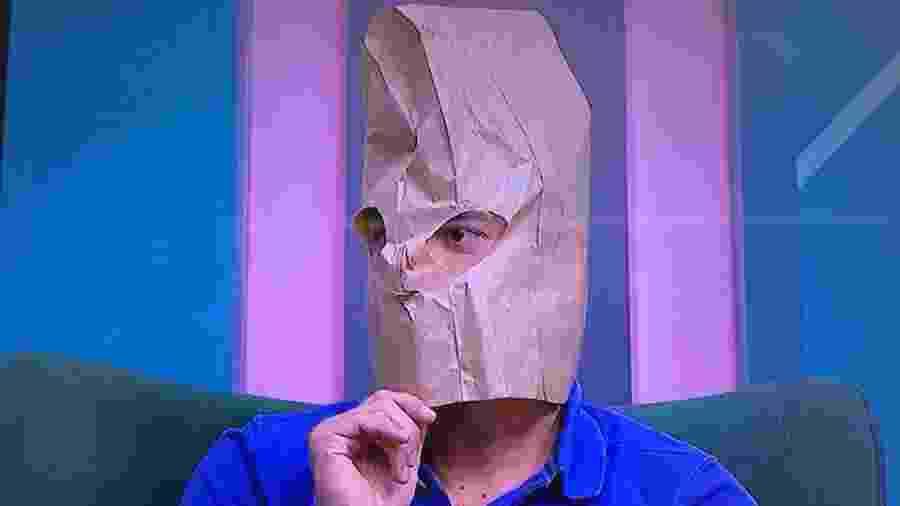 Bruno Vicari aparece com saco de papel na cabeça durante o BB Debate - Reprodução/ESPN