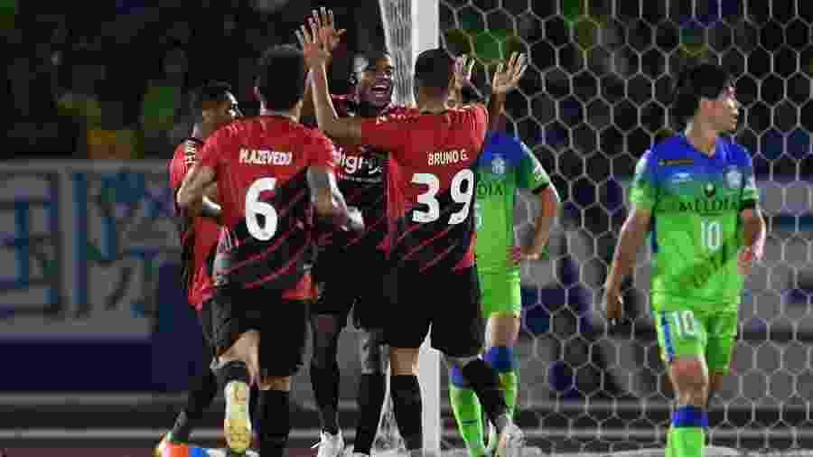 Jogadores do Athletico comemoram gol contra o Shonan Bellmare na Copa Levain - Masashi Hara/Getty Images
