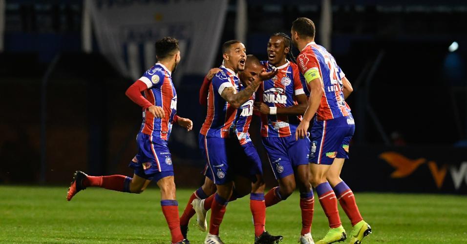 Jogadores do Bahia comemoram gol contra o Avaí