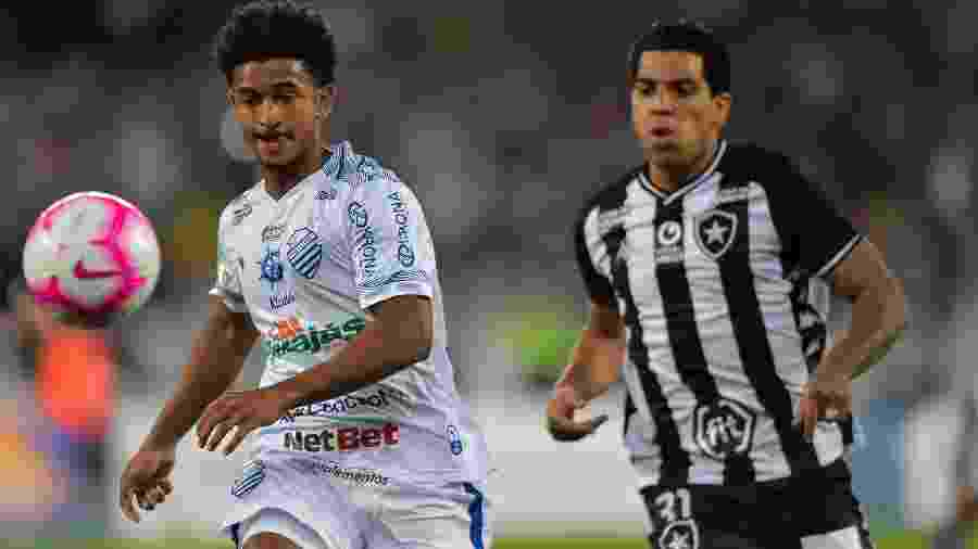 Warley atuou pelo CSA durante Campeonato Brasileiro; na foto, ele encara justamente o Botafogo - Thiago Ribeiro/AGIF