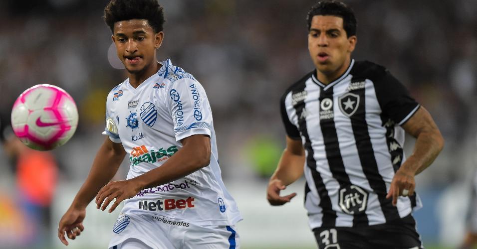 Yuri, do Botafogo, disputa lance com Warley, do CSA, durante partida pelo Campeonato Brasileiro