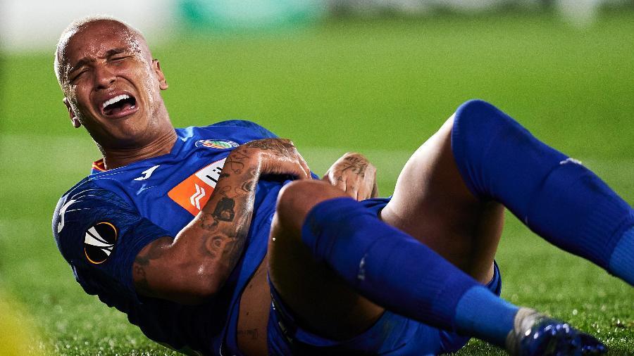 Deyverson reclama após ser atingido por um isqueiro na partida entre Getafe e Ajax - Quality Sport Images/Getty Images