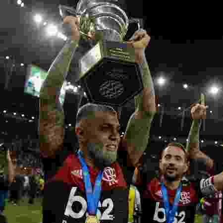 Gabigol levanta o troféu da Taça Guanabara, conquistado pelo Flamengo - Thiago Ribeiro/AGIF