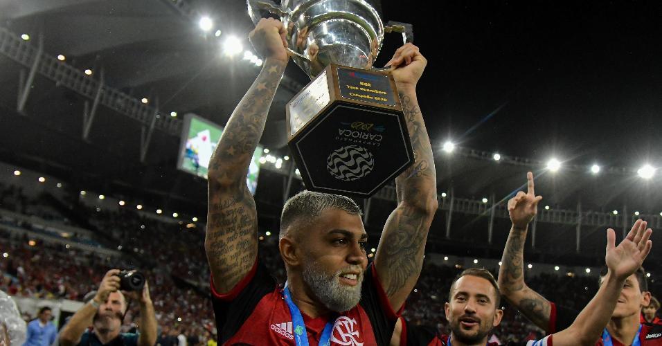 Gabigol levanta o troféu da Taça Guanabara, conquistado pelo Flamengo