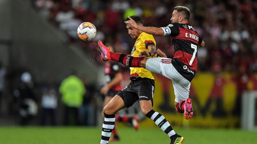 Everton Ribeiro, do Flamengo, disputa bola na partida contra o Barcelona-EQU, pela Libertadores - Thiago Ribeiro/AGIF
