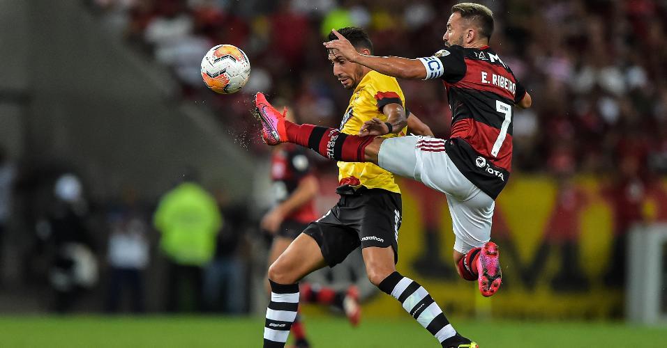 Everton Ribeiro, do Flamengo, disputa bola na partida contra o Barcelona-EQU, pela Libertadores