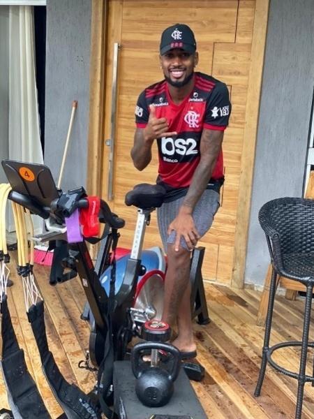 Volante Gerson posa ao lado de material do Flamengo - Reprodução Twitter / Flamengo