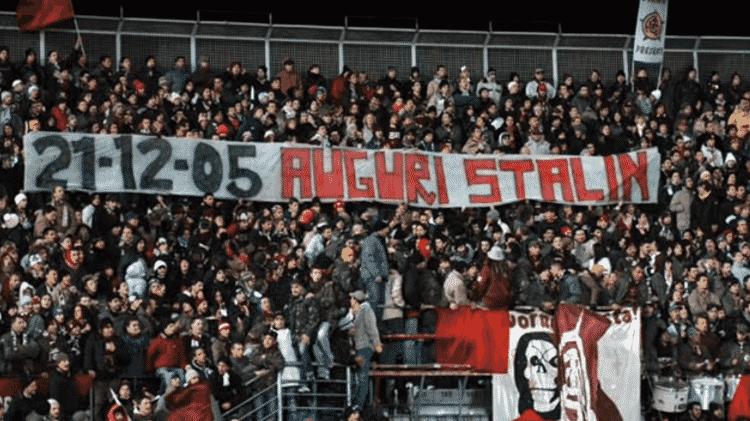 Torcida do Livorno presta homenagem a Stalin - Reprodução - Reprodução
