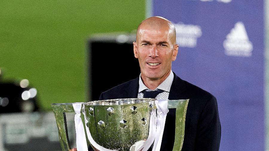 """Zidane ergue a taça do Campeonato Espanhol desta temporada; melhor treinador para o jornal L""""Equipe - Diego Souto/Quality Sport Images/Getty Images"""
