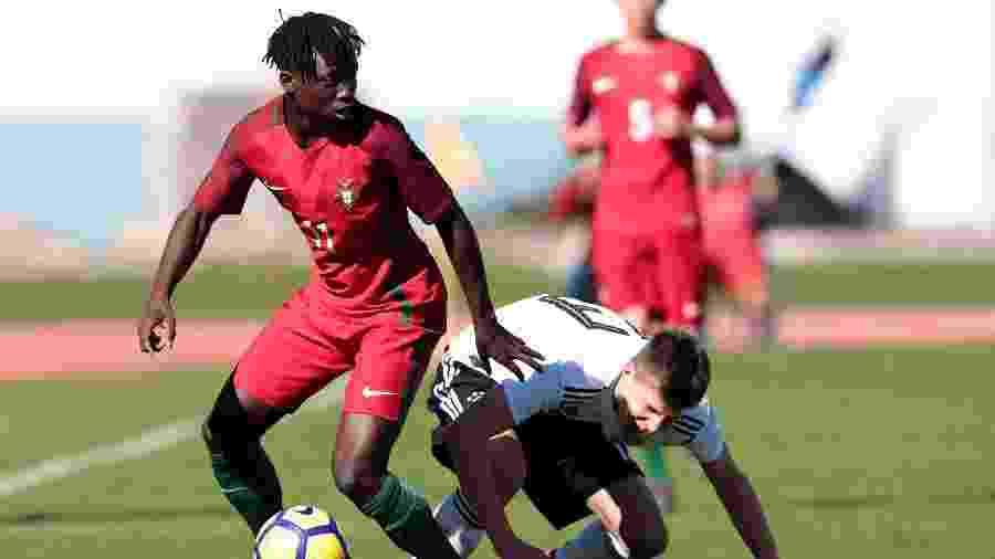 O jovem atleta Joelson Fernandes jogando pela seleção sub-16 de Portugal - Ricardo Nascimento/Bongarts/Getty Images