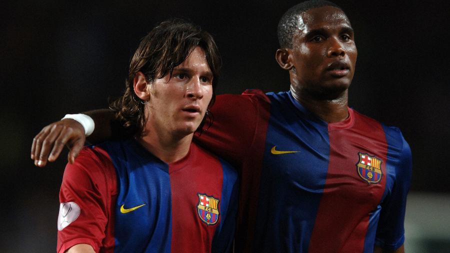 """25.agosto.2006 - Samuel Eto""""o e Lionel Messi em campo pelo Barcelona contra o Sevilla - Etsuo Hara/Getty Images"""