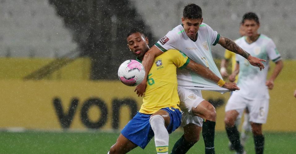 Renan Lodi disputa bola com Cristhian Arabe, durante a partida entre Brasil e Bolívia