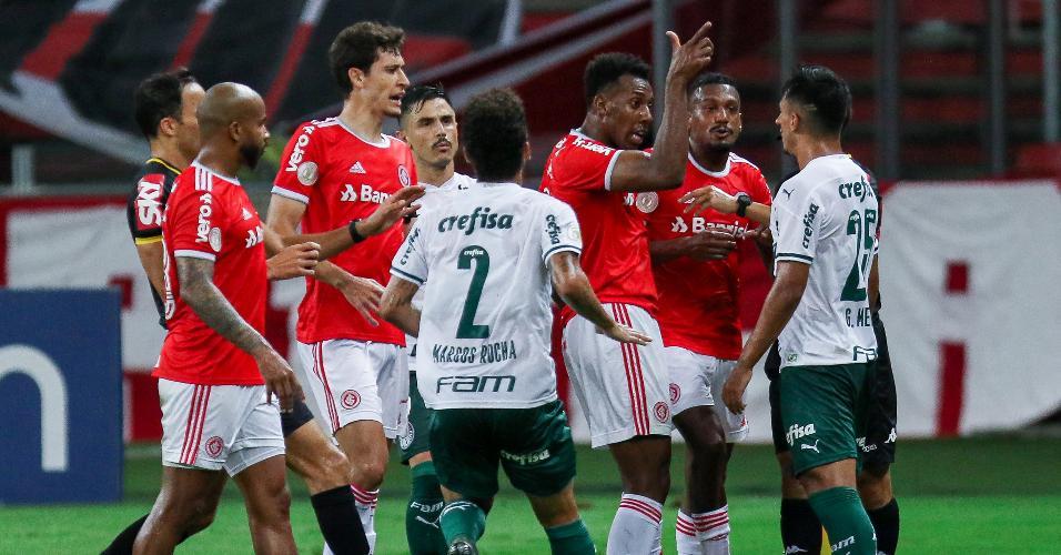 Moisés e Gabriel Menino discutem em Inter x Palmeiras, jogo do Brasileirão