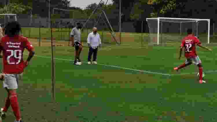 Julinho Camargo (de branco) acompanha treinamento do sub-20 do Inter - Jota Finkler/Inter - Jota Finkler/Inter