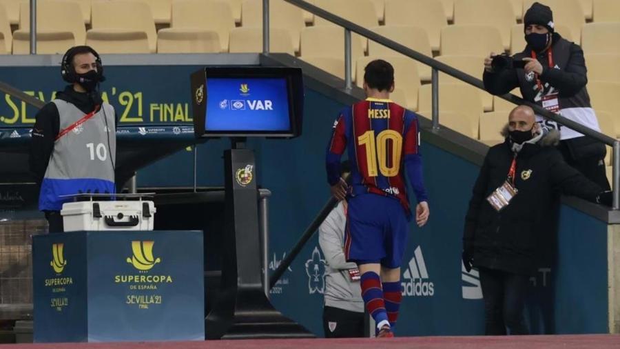 Messi deixa o gramado depois de sua primeira expulsão pelo Barcelona, durante o duelo contra o Athletic Bilbao - Reuters