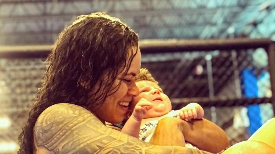 Amanda Nunes posa com a filha Reagan após treino  - Reprodução/Instagram@amanda_leoa