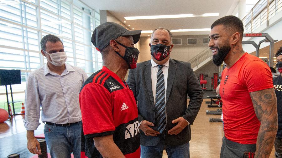 Robson conversa com Gabigol, no Ninho do Urubu, observado pelo vice de futebol, Marcos Braz - Alexandre Vidal / Flamengo