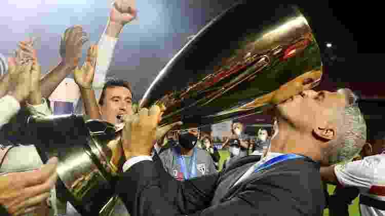 O técnico Hernán Crespo beija o troféu do Campeonato Paulista após o título diante do Palmeiras - Rubens Chiri/São Paulo - Rubens Chiri/São Paulo