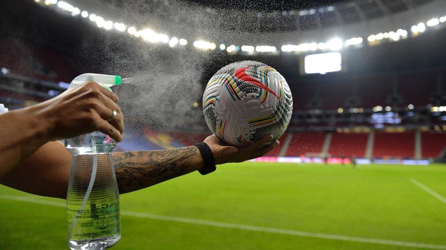 Funcionário da Conmebol espirra álcool em bola da Copa América seguindo protocolo de segurança - Pedro Vilela/Getty Images