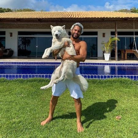 Ítalo Ferreira posa para foto com seu cachorro, o Peniche - Reprodução/Instagram
