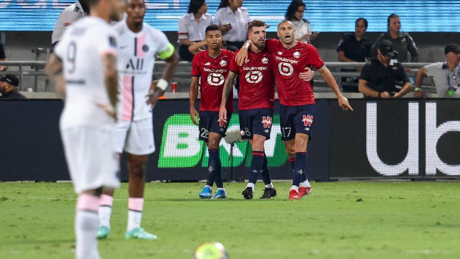 Jogadores do Lille comemoram o gol de Xeka contra o PSG - EMMANUEL DUNAND / AFP
