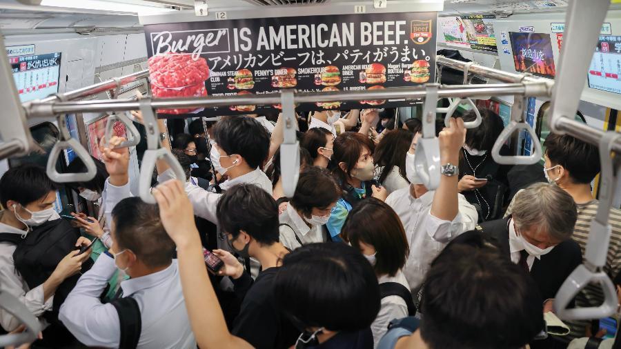 Metrô de Tóquio durante hora do rush: máscaras, mas sem distanciamento social - SOPA Images/SOPA Images/LightRocket via Gett