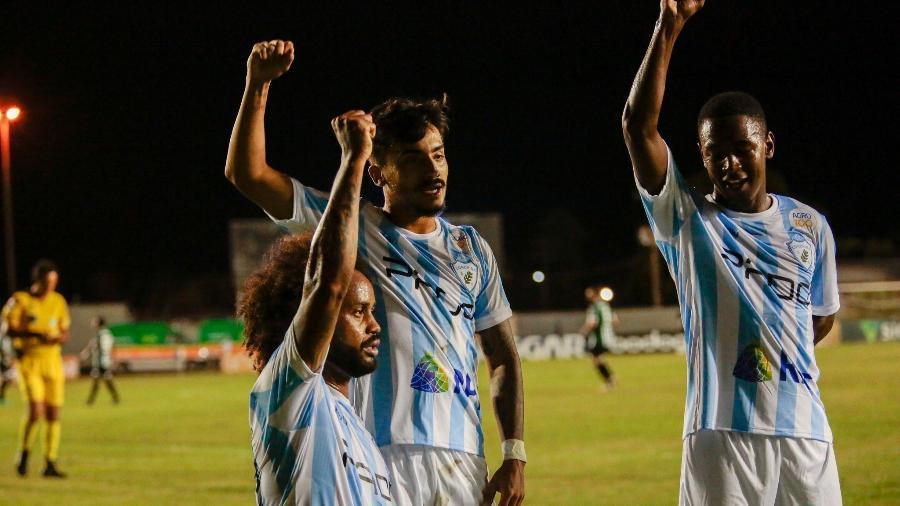 Celsinho, meia do Londrina, faz gesto antirracista após marcar gol contra o Coritiba - Ricardo Chicarelli/ Londrina EC
