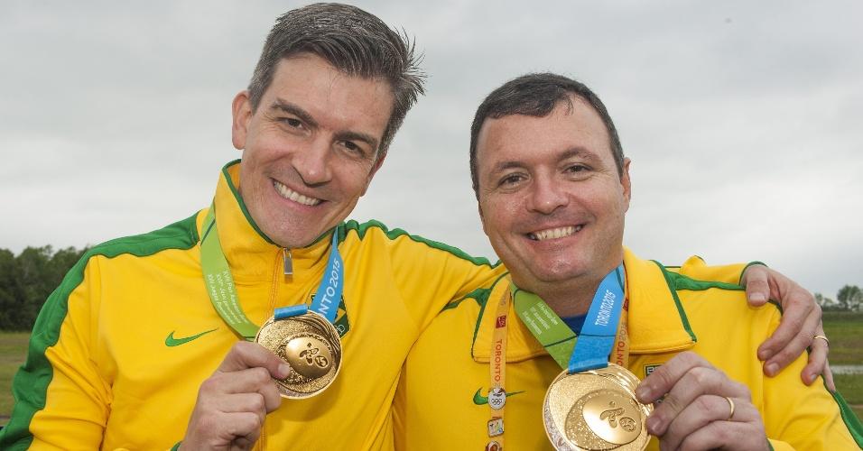 Cassio Cesar Rippel e Julio Almeida exibem as medalhas de ouro conquistadas no tiro