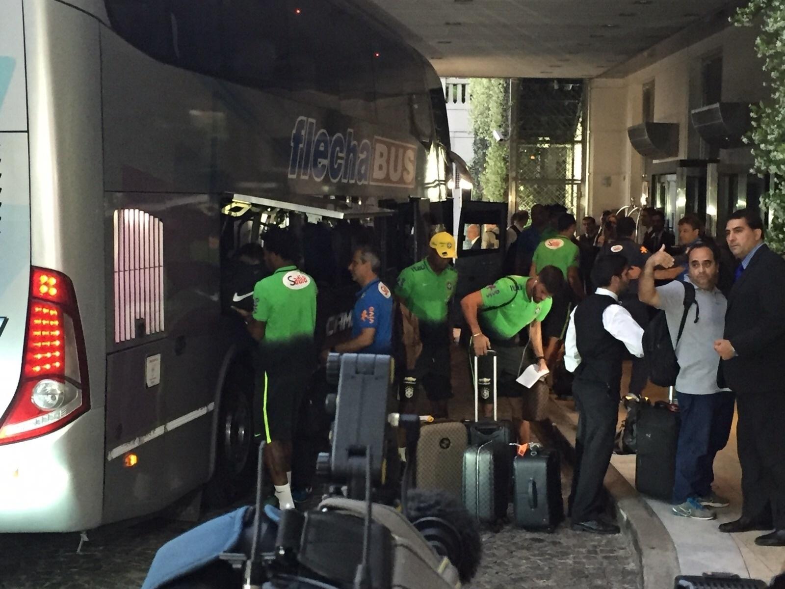 Seleção brasileira desembarca no hotel em Buenos Aires, onde enfrenta a Argentina, pelas Eliminatórias da Copa do Mundo