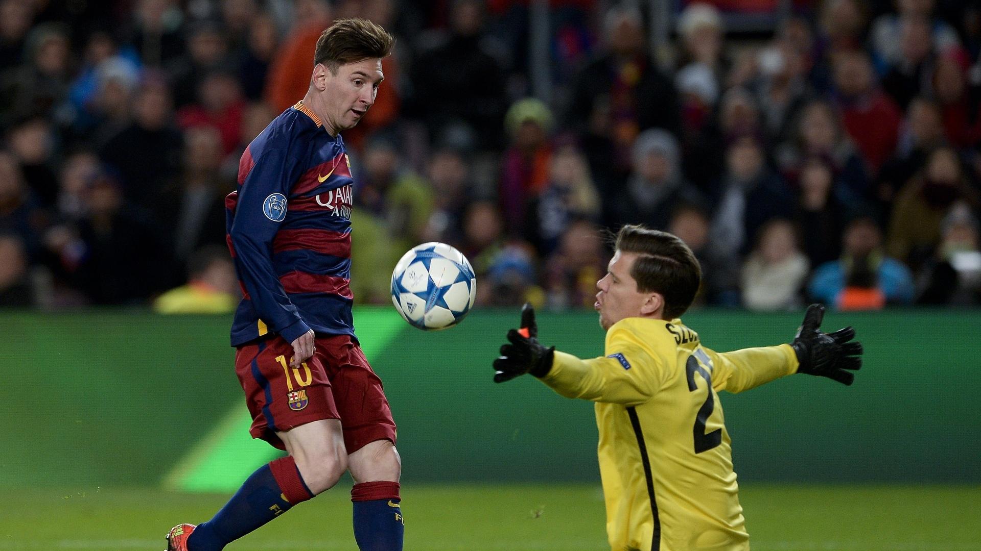 Messi encobre goleiro da Roma no lance do segundo gol do Barcelona, na Espanha